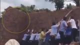 Tường đổ đè kín người