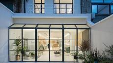 """Ngỡ ngàng nhà 3 tầng trắng muốt đẹp như tranh """"nổi bần bật"""" giữa dãy phố cổ kính"""