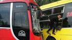 Xe khách đối đầu, hành khách trèo qua cửa thoát nạn