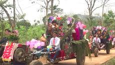 Màn rước dâu bằng xe công nông độc đáo tại Phú Thọ gây sốt mạng xã hội