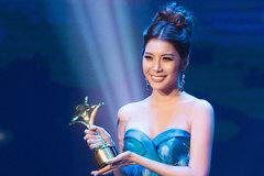 Yan My diện đầm cúp ngực gợi cảm, nhận giải thưởng phim đầu tiên