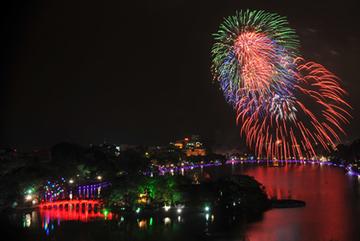 Hà Nội bắn pháo hoa dịp Tết Nguyên đán 2018