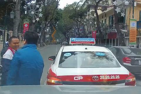 2 tài xế cười tươi, bắt tay sau va chạm giao thông khiến dân mạng ấm lòng