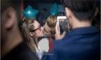 Phí Ngọc Hưng lộ ảnh hôn gái lạ trong tiệc sinh nhật