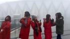 Video: Lên đỉnh Fansipan, thiếu nữ đắm say hứng tuyết