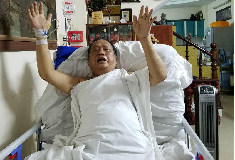 Cụ ông liệt tứ chi, ngồi xe lăn 1 năm bất ngờ phục hồi thần kỳ