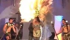 Đang trình diễn, người mẫu tái mặt vì mũ cháy ngùn ngụt trên đầu