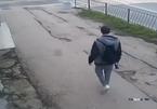 Sang đường bất cẩn, ô tô húc bay người đi bộ