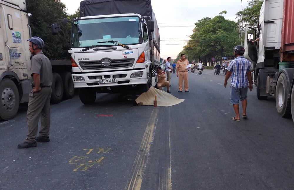 Nâng bánh xe tải, đưa thi thể cô gái trẻ ra ngoài