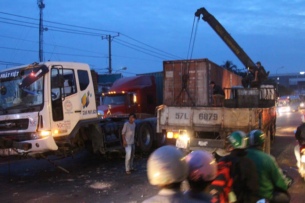 Xe container 'đại náo' quốc lộ, cửa ngõ vào bến xe Miền Đông kẹt cứng