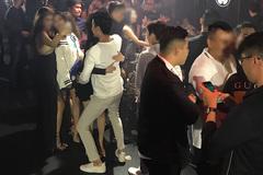 2 gái xinh mặc bikini múa cột trong quán bar ở Sài Gòn