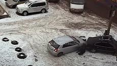 Pha lùi ô tô 360 độ kỳ lạ hất văng người của nữ tài xế