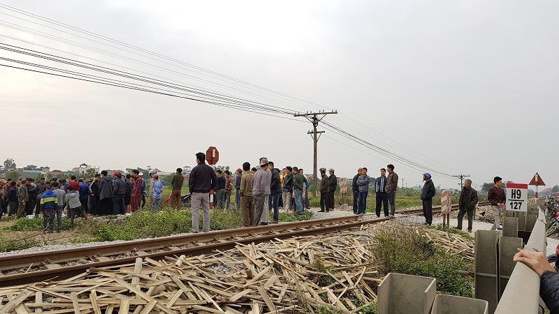 Băng xe máy qua đường sắt, bị tàu hất văng 50m tử vong