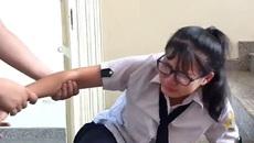 Video: Nữ sinh thất tình, nhóm bạn thân hát 'Em gái mưa' siêu lầy an ủi