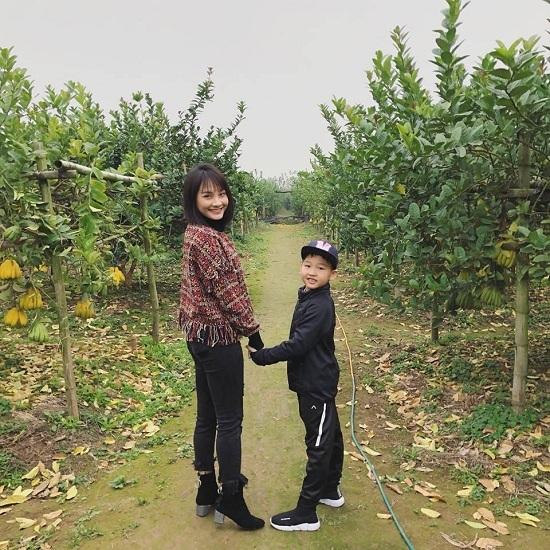 Phương Mỹ Chi khóc tiết lộ từng không thích cha nuôi Quang Lê