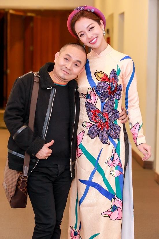 Jennifer Phạm diện váy xuyên thấu làm MC cùng Lại Văn Sâm