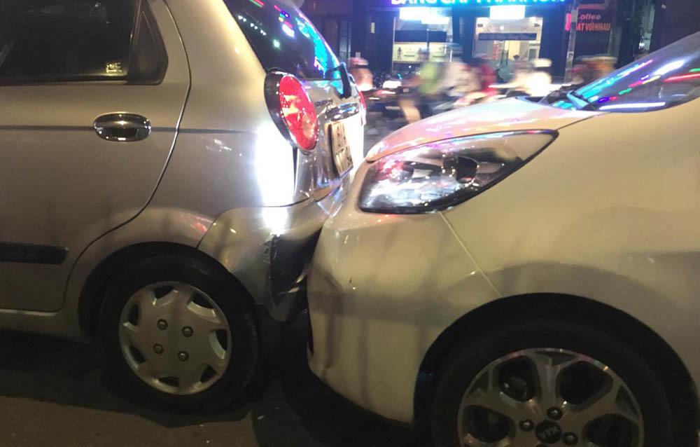 6 ô tô tông nhau liên hoàn trên phố Sài Gòn