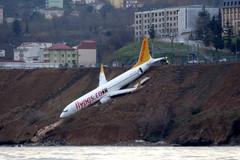 Máy bay chở hơn 160 người suýt lao xuống biển