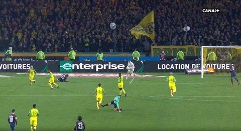 Trọng tài trả đũa cầu thủ Nantes