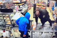 """Cướp dùng súng giả """"ăn"""" đạn thật của bảo vệ cửa hàng"""