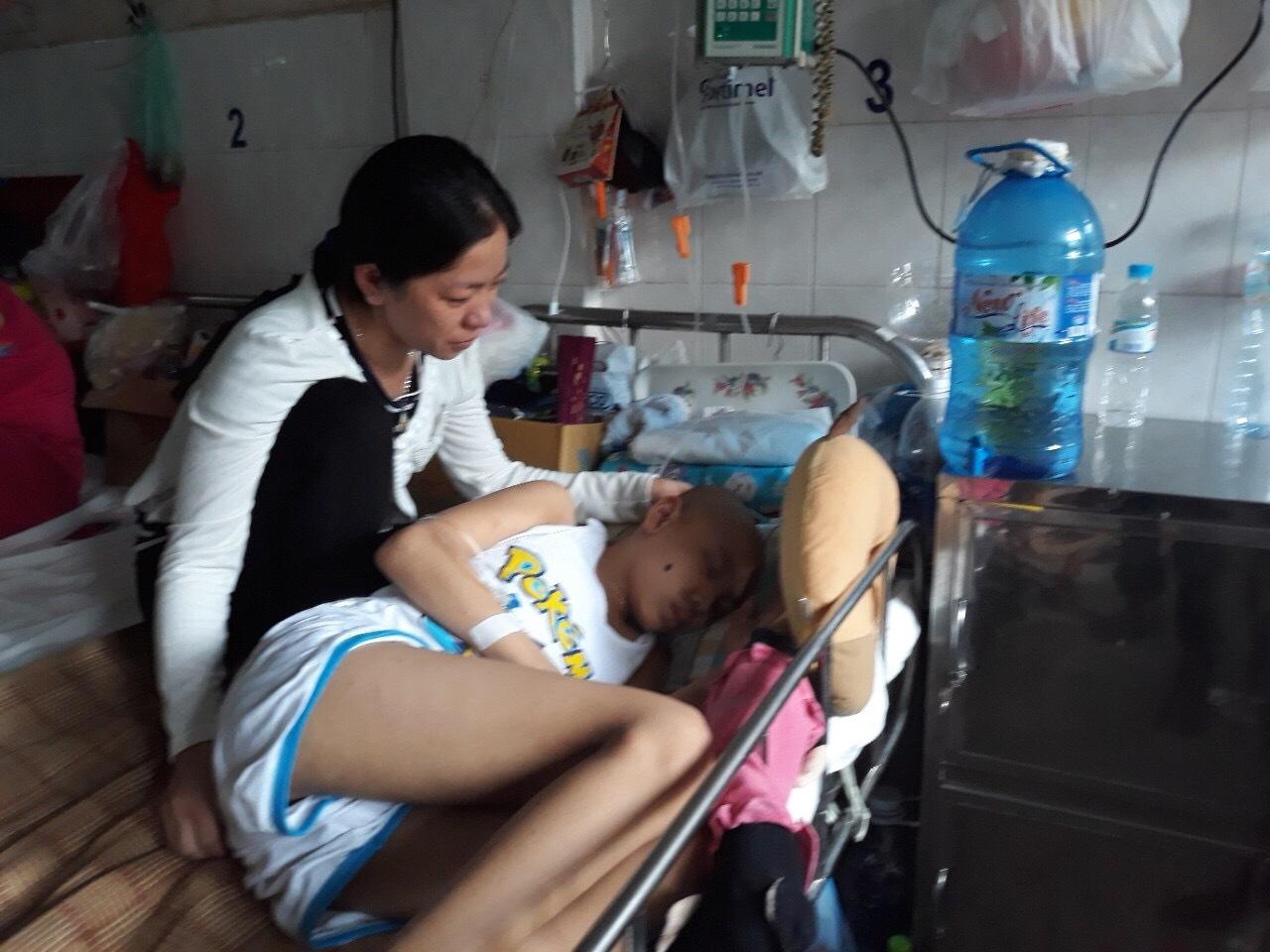 Mẹ gạt nước mắt thương con đau đớn vì ung thư máu