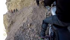 Biker run rẩy vượt cung đường nguy hiểm nhất thế giới