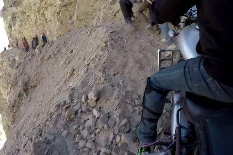 Biker run rẩy vượt qua cung đường nguy hiểm nhất thế giới