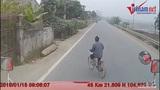 Cụ ông đi xe đạp sang đường không chú ý, suýt gây tai nạn kinh hoàng