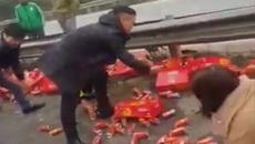 Người dân hỗ trợ tài xế gom đồ sau khi gặp nạn, nói không với hôi của