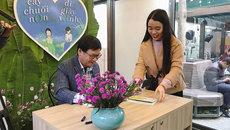 Xếp hàng dài chờ Nguyễn Nhật Ánh ký tặng sách tại Hà Nội