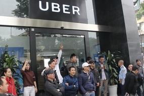 Tài xế Grab, Uber tụ tập phản đối, đòi giảm chiết khấu
