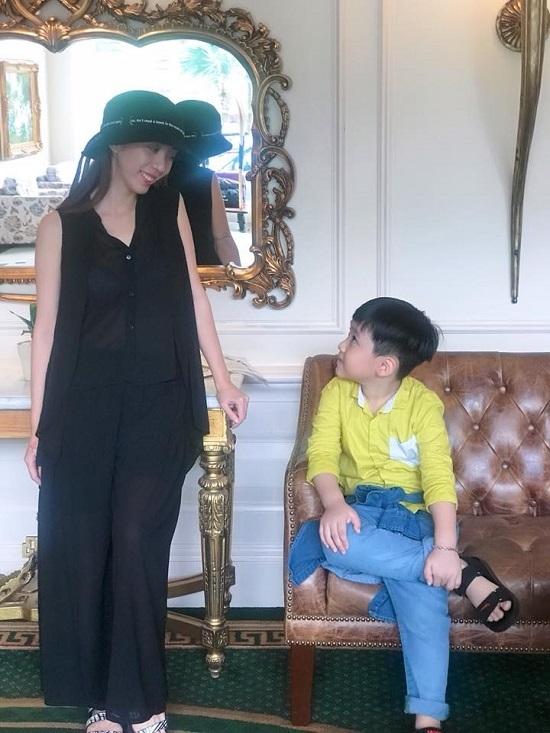 Sắp làm mẹ, siêu mẫu Hà Anh vẫn gợi cảm khó rời mắt