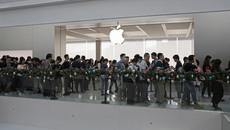 Apple Store quá tải vì khách hàng muốn thay mới pin cho iPhone