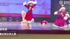 Cô bé ngủ gục trên sân khấu khi đang biểu diễn văn nghệ