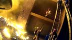 Video thả rơi con từ tầng 3 cho lính cứu hoả bắt bằng tay không