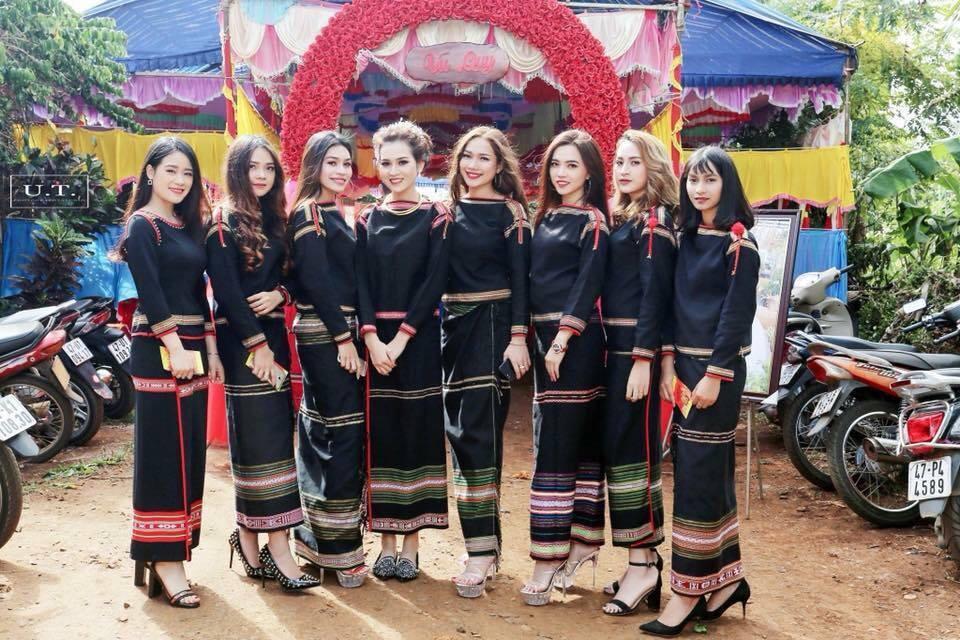 'Hội bạn thân' hút mọi ánh nhìn trong đám cưới của người Ê Đê