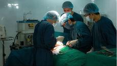 Bác sĩ dùng tay bóp tim hồi sinh người mất 5 lít máu