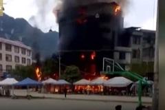 Nhà tám tầng bị thiêu rụi vì nổ pháo hoa