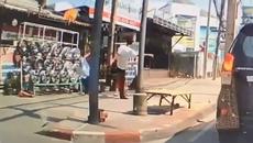 Video em bé bất ngờ bị người đàn ông đá ngã ngửa gây bất bình