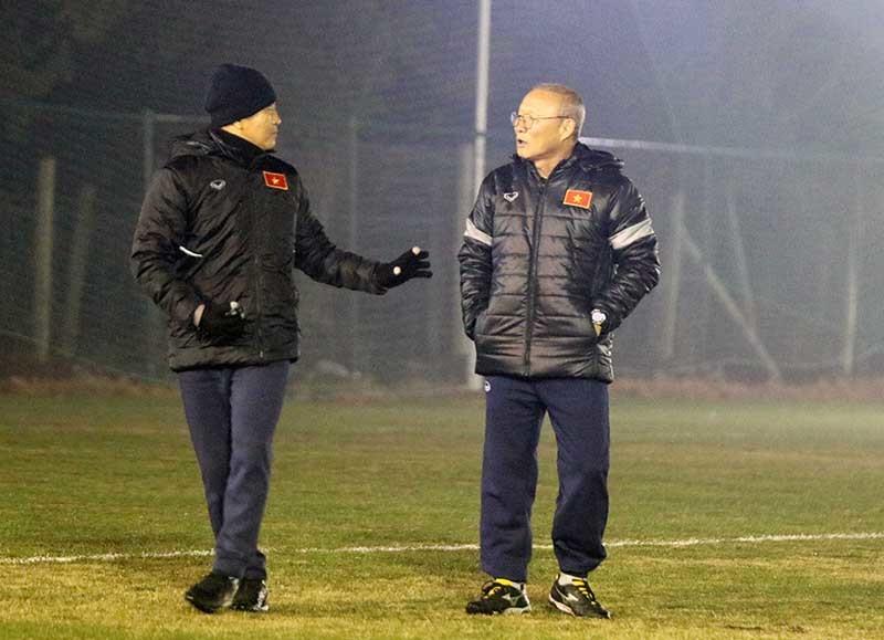 HLV Park Hang Seo cáu kỉnh vì U23 Việt Nam tập sân tối om