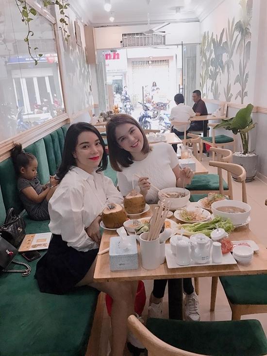 Vợ chồng Trấn Thành - Hari Won ngồi lên nhau ngủ