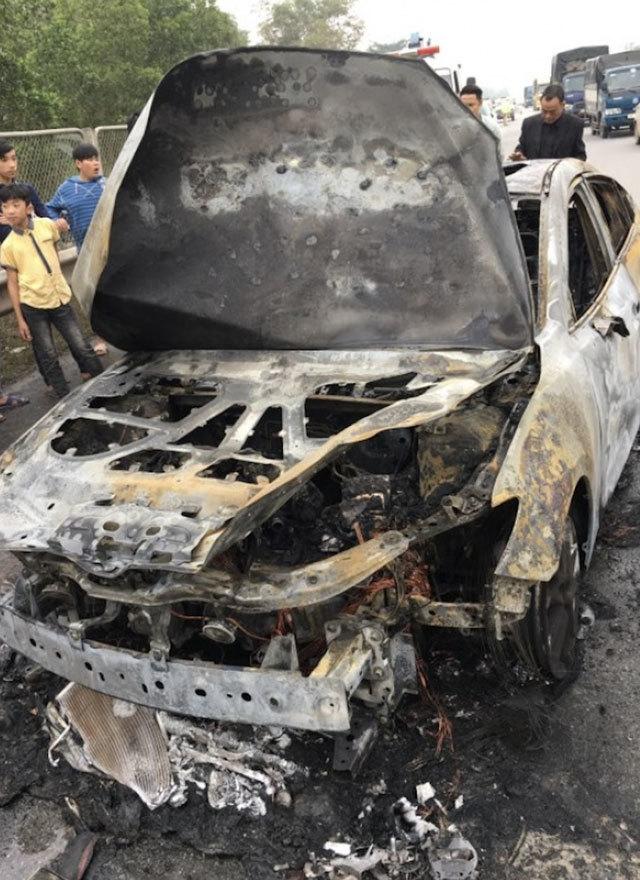 Ô tô bốc cháy ngùn ngụt trên cao tốc Thái Nguyên - Hà Nội