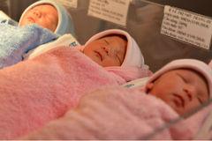 Bà mẹ 35 tuổi sinh 3 khi mang thai tự nhiên
