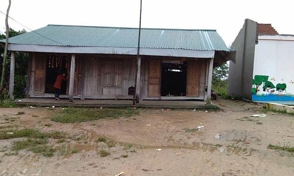 Bão giật tung mái trường, 37 trẻ co ro học trong nhà tạm