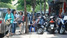 Dẹp bãi xe trên vỉa hè, người Sài Gòn khổ sở tìm chỗ gửi