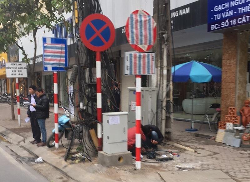 Biển báo giao thông trên phố Cát Linh bất ngờ bị che kín