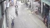 Nam thanh niên cướp giật chu đáo dọn đường trước khi hành sự
