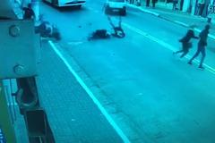 Cướp đâm xe tan nát vẫn cố vùng dậy chạy thoát thân