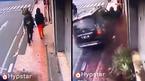 Đi bộ trên vỉa hè, 2 thanh niên vẫn bị ô tô đốn gục