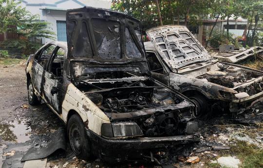 Đốt rác, đốt luôn 2 ô tô